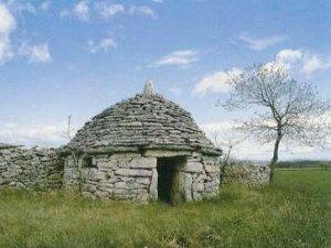 Der Kažun, ein kleines Steinhäuschen in der Istrischen Landschaft.